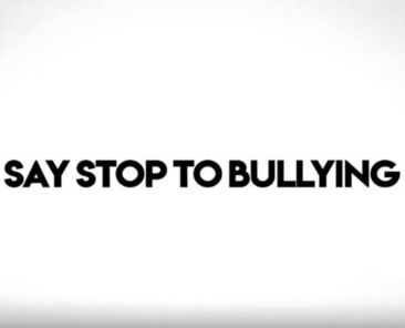 ena-video-ad-gia-ton-ekfovismo-say-stop-to-bullying-medet